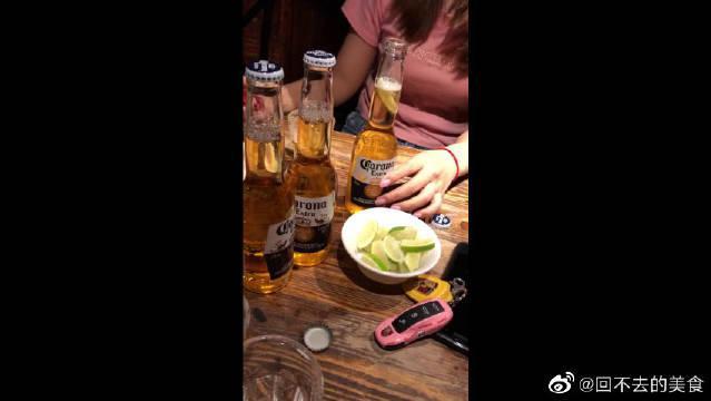 在酒吧点了一份科罗娜加柠檬,味道还不错的,挺治愈!