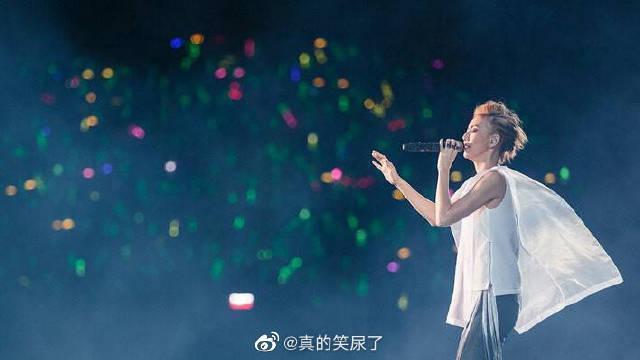 泪目!爱豆在演唱会上与歌迷合唱的瞬间 画面超感动!