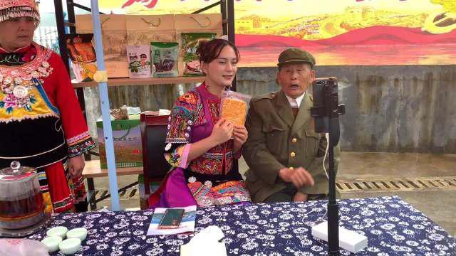 在芙蓉镇的杨木村,当年的老军人,现在的代货网红……