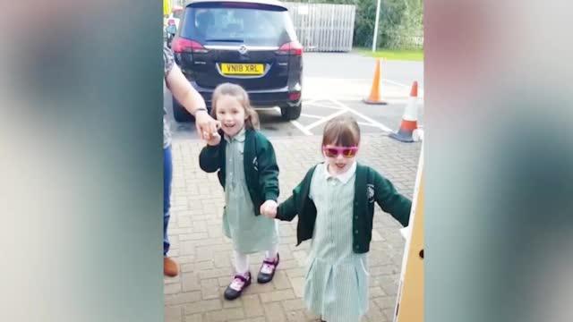 六岁截瘫女孩术后如愿以偿送妹妹上学互相搀扶表情激动令人泪目