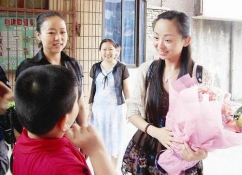 凭千手观音成名的邰丽华,富商8年追求遭拒转嫁穷小子,如今怎样