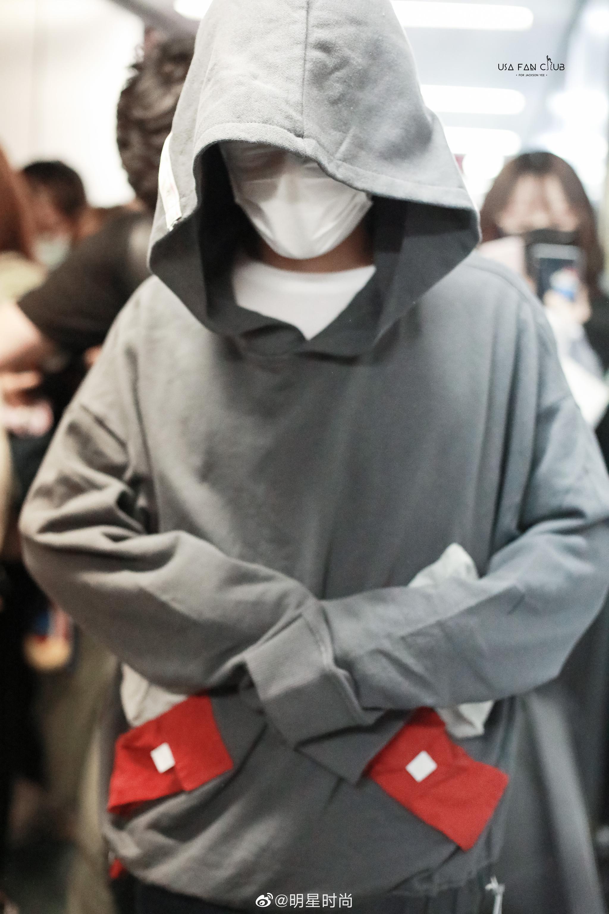 9月24日,易烊千玺现身上海机场,大佬的这身装扮太拉风了吧?