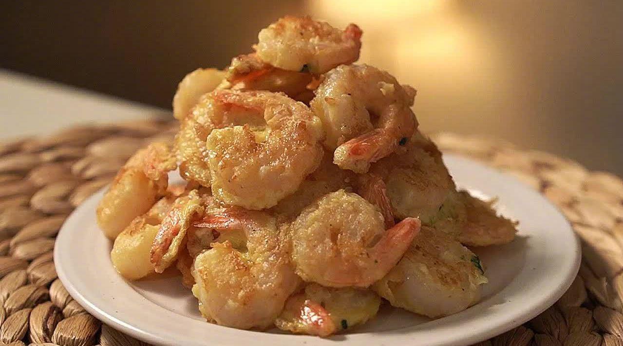 冷冻虾仁如何做得美味?①鸡蛋2个+盐适量+胡椒少许,打散备用