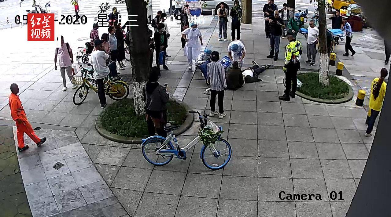 老人突然街边晕倒 警民携手第一时间救助