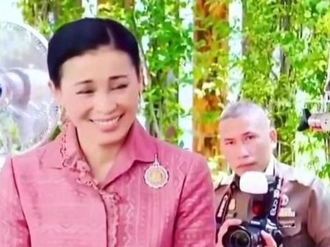 42岁苏提达换发型!麻花辫搭配粉色套裙,比诗妮娜贵妃都年轻