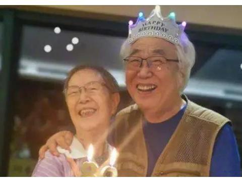 黄磊为恩师庆八十大寿,黄海波也现身当场,合影站位令人心酸