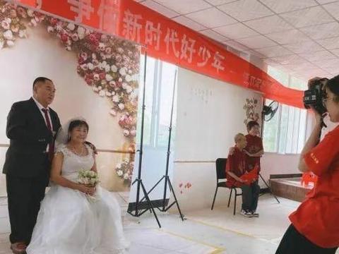 暖过秋天的第一杯奶茶!开福这个社区为金婚银婚夫妻拍婚纱照