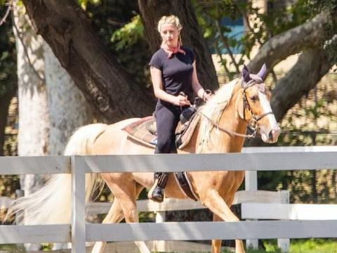 艾梅伯·希尔德绑麻花辫骑马,威风凛凛,像一个帅气的西部女牛仔