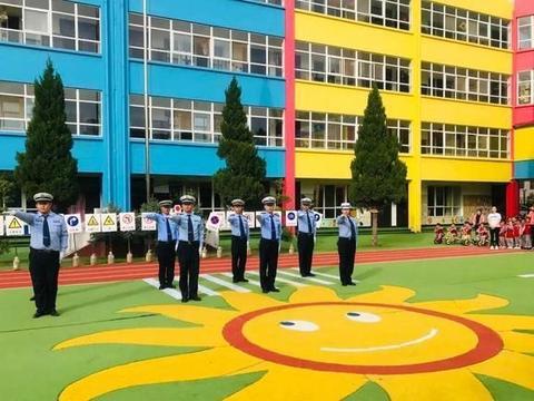 富县交警大队城区中队走进沙梁幼儿园开展交通安全演练活动