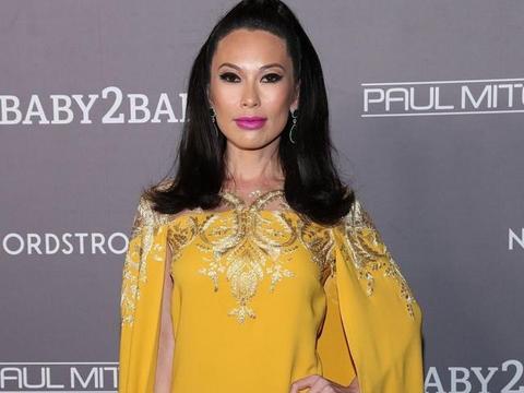 邓文迪换个造型认不出,泰式妆容太过美艳,一身黄裙很有女皇范儿