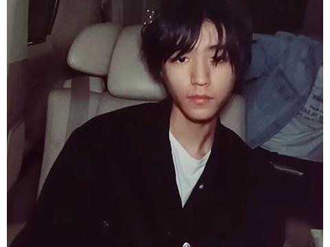 王俊凯在车上庆祝21岁生日:戴特殊生日帽,吃蛋糕笑得很开心