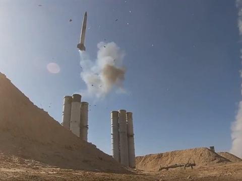 防空警报响起,数十架战机和导弹扑向目标,俄军防空武器火力全开