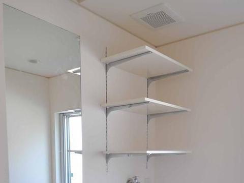 真是讲究,洗漱台旁专门设计个洗衣机位,干净卫生排水哗哗流!