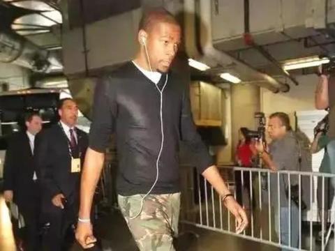 NBA球员奇葩出场穿搭:威少穿巨型羽绒服,杜兰特酷似精神小伙