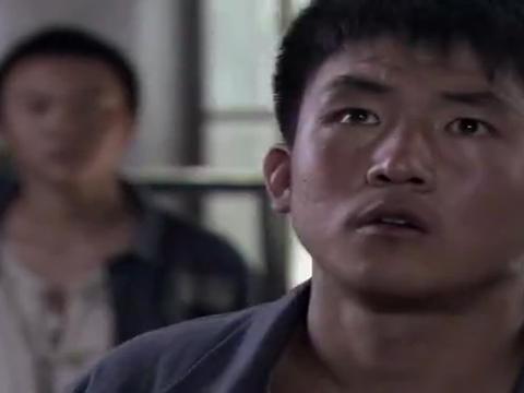狱中,朱亚文带电修机器,扭伤了胳膊,怎么看都像故意的?