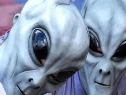 """男子想变成外星人,在眼球上纹身,将假体植入头颅变成""""怪物""""!"""