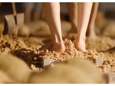 赤脚踩曲:茅台酒厂为何只要年轻身材好的女性?好处你意想不到