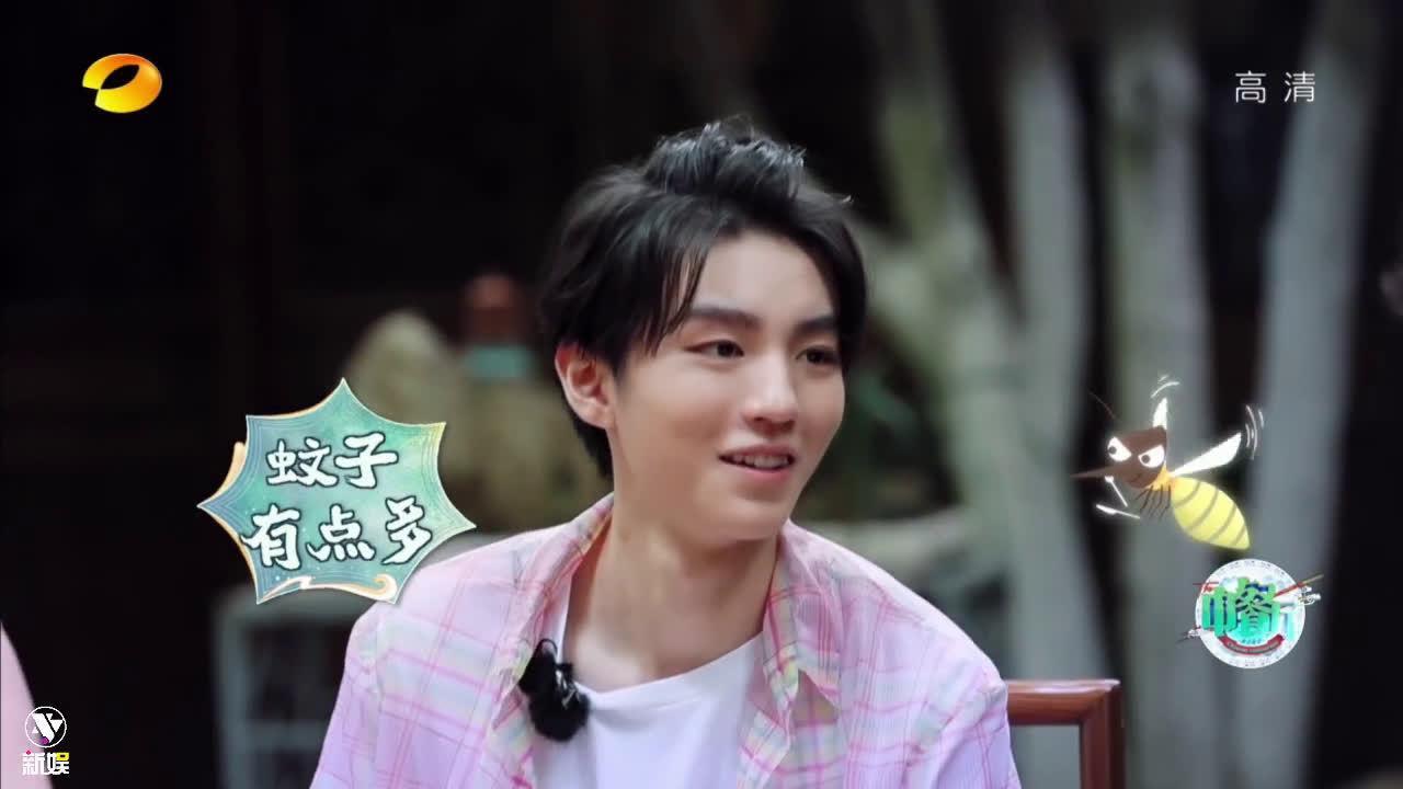 新娱追综: 王俊凯 寻找餐厅 粉色格子衬衫+白T……