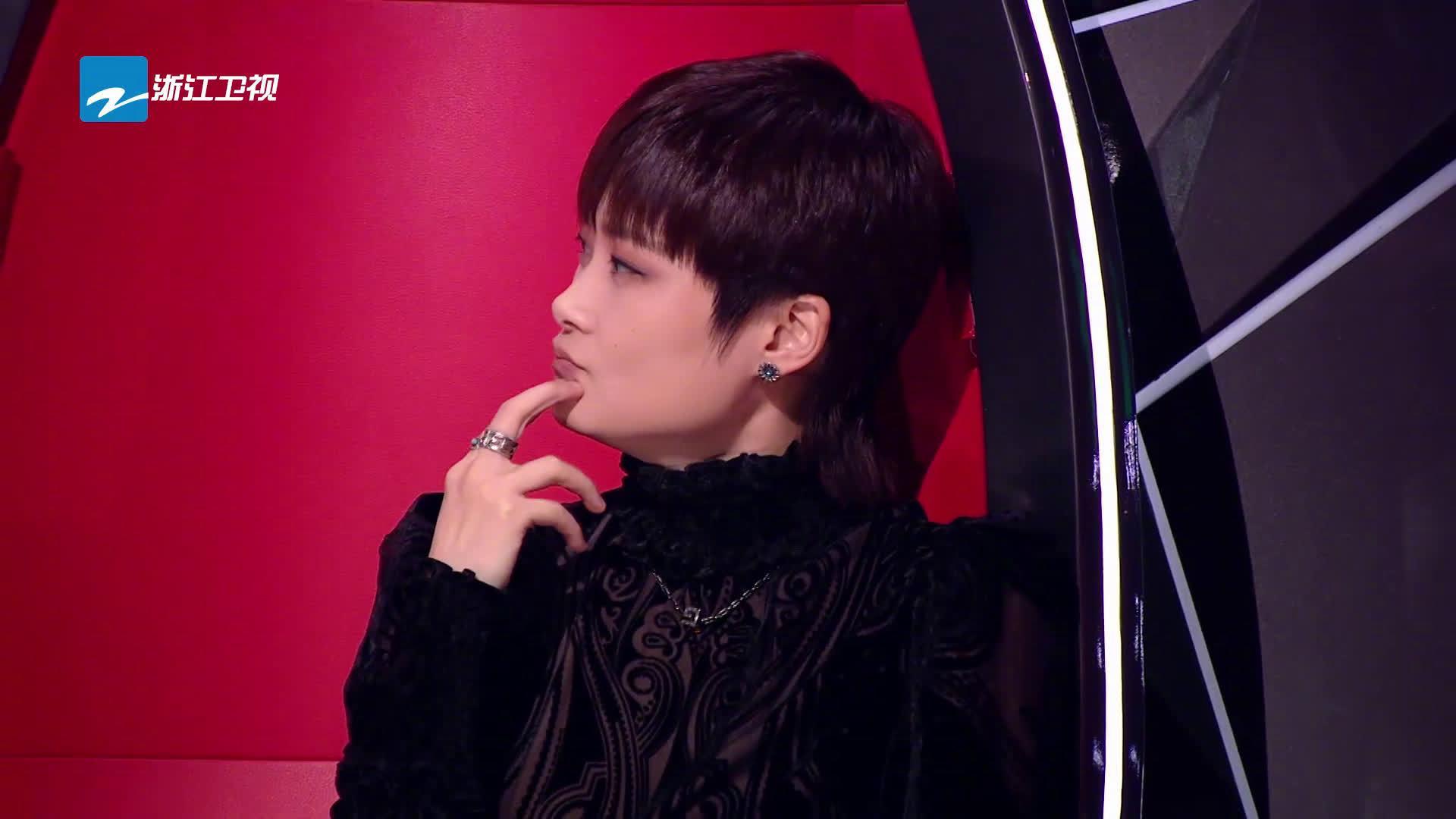 春春@李宇春 导师的万种表情为您呈现,这可可爱爱的样子……