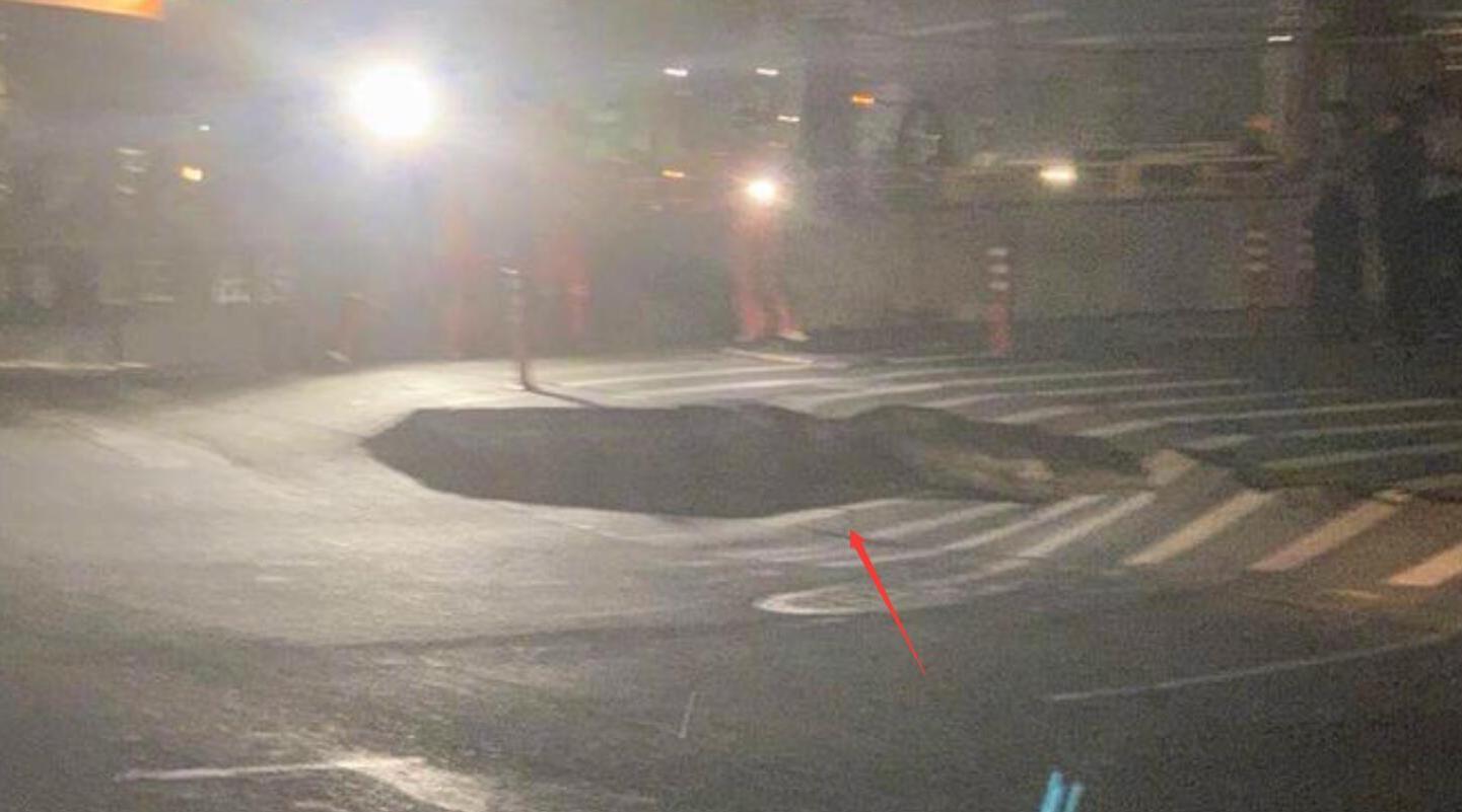 杭州地铁六号线工地附近路面沉降 目击者:坑直径有三四米