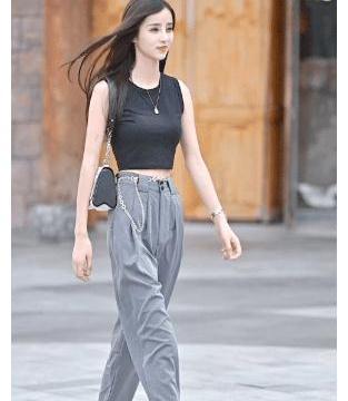 街拍:黑色无袖T恤+工装裤,也能穿成潮流酷女孩,尽显绝美腰线