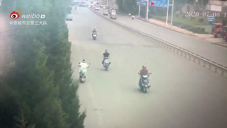晋城西环路突发!一电动车与小客车相撞!