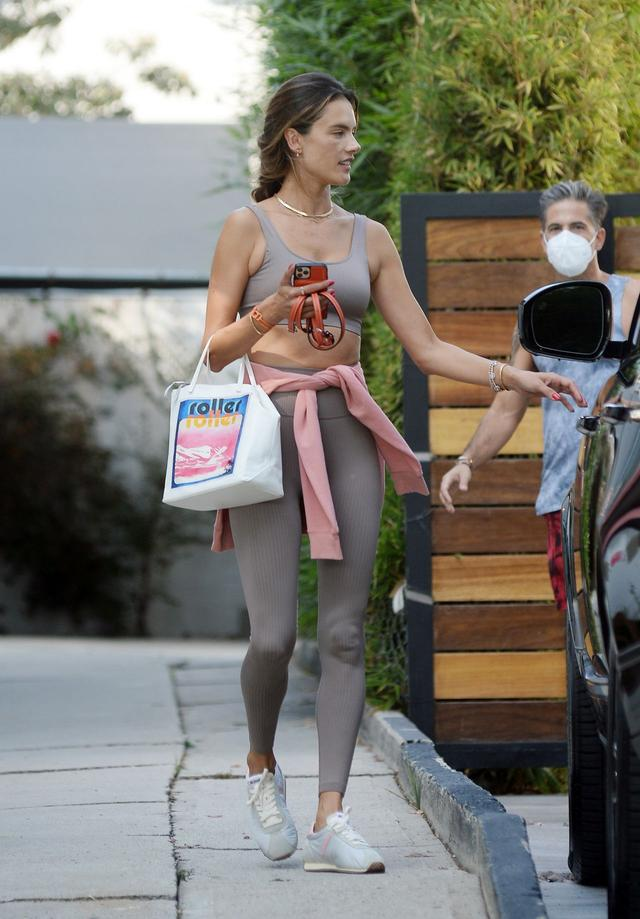 超模亚历桑德拉·安布罗休现身洛杉矶街头,她看起来清秀动人