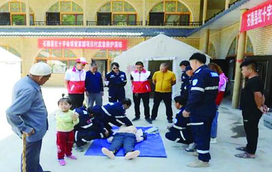 石楼县红十字会在永由村开展应急救护演练