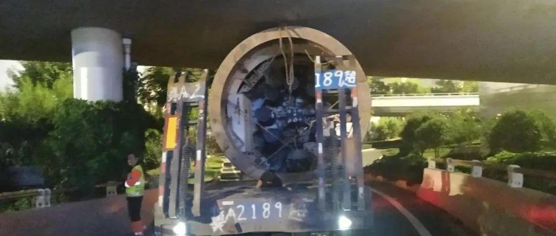 武汉一大货车被困立交桥一整夜!该处已封闭,请绕行!