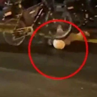 野蛮!美警察骑自行车碾过抗议者脖子!