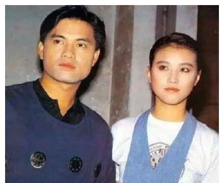 64岁吕良伟与小15岁妻子礼佛,三婚娶女富商,超大戒指显财力
