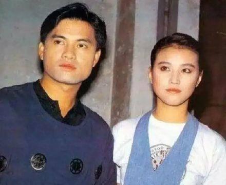 64岁吕良伟与小15岁妻子礼佛,三婚娶富婆,超大戒指显财力