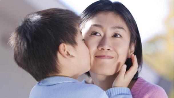 孩子为啥整天都黏着妈妈,就连睡觉都不让宝妈走?答案很暖心