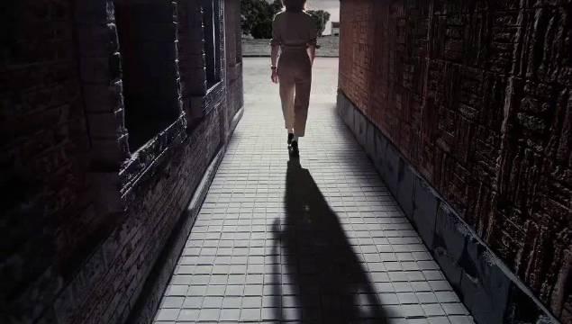 《朗读者》第三季来了!董卿从长廊里迎面走来,气质太赞了