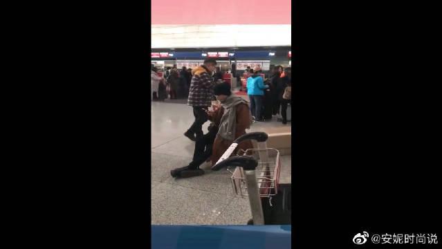 机场偶遇肖战,鞋子成为亮点,像他这么接地气的明星不多见了