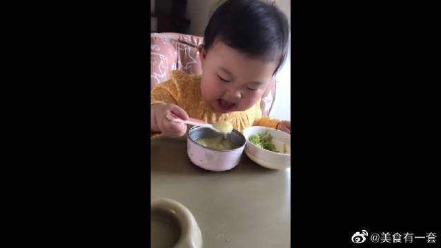 家有萌宝,这么小就会自己喝粥了,吃相太萌了!