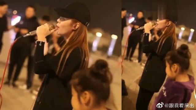女歌手街头演唱一首《我的楼兰》……