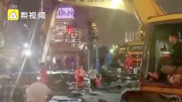 无人员受伤!杭州一路面塌陷洞口直径4米,系改造工程渗水所致