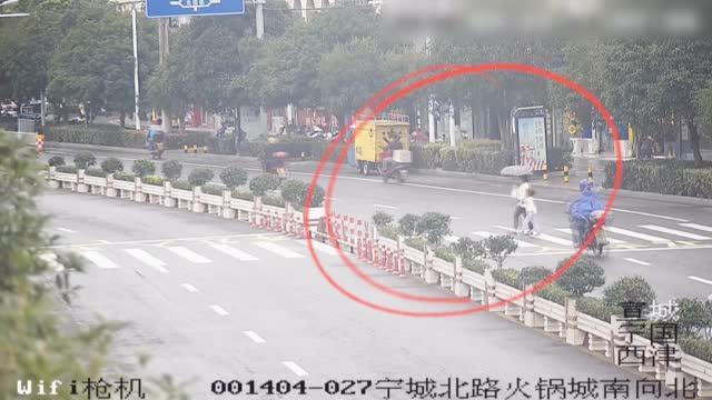安徽宣城:摩托车手撞人后逃逸 外卖小哥苦追8分钟劝返