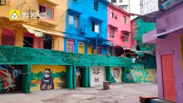 """重庆旧房改造涂满卡通画,熊猫恐龙登场""""很有看头"""""""