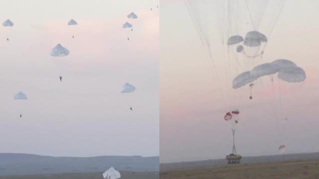 运-20空中投放步战车 千名空降兵千里机动落地就打!