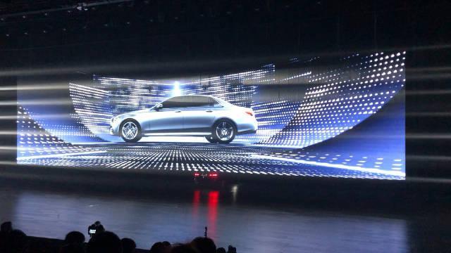 重温昨晚奔驰新款 E 级车上市发布会现场,新款 E 级的售价从 43