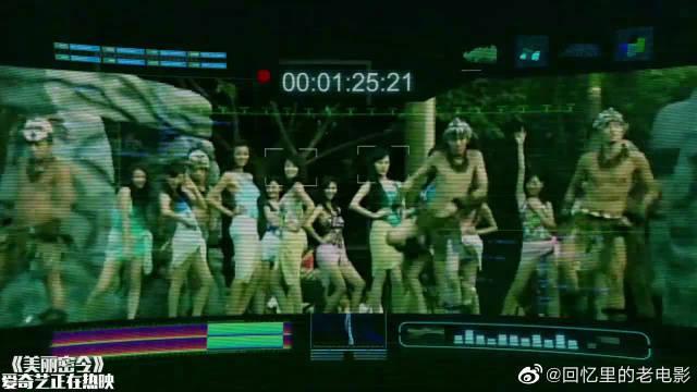 蔡卓妍和吴君如掉进鳄鱼池,前者打的是假鳄鱼,吴君如打真鳄鱼