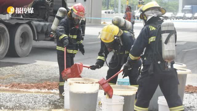 危险!装31吨腐蚀性液体槽罐车泄漏 ,9台消防车来抢险