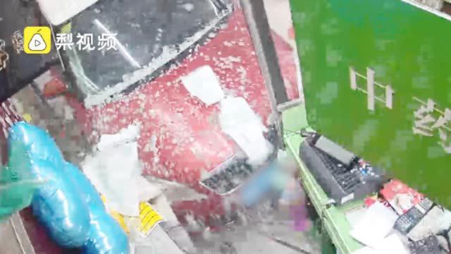 惊险!小车操作失控冲入路边药店,路人被撞骨折送医