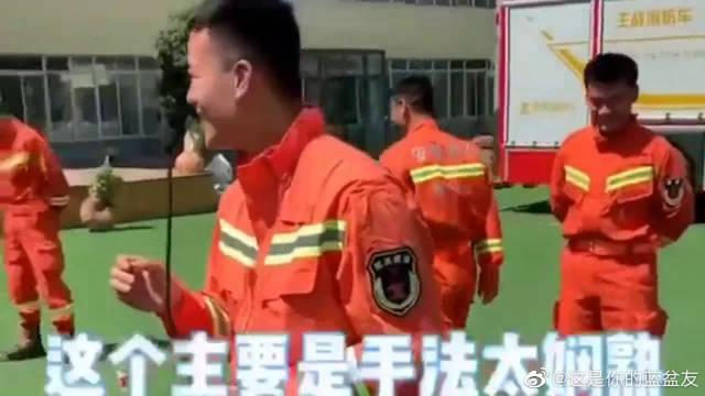 经验娴熟的消防员同志们,都说了不要拧太快好吧……