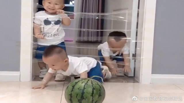 妈妈把门口弄上胶带,可把三胞胎萌娃急坏了,下一幕憋住别笑!
