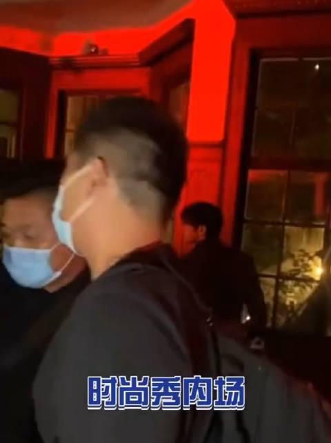 """秀场路人见到蔡徐坤的反应,这声""""卧槽""""也太真实了,哈哈哈……"""
