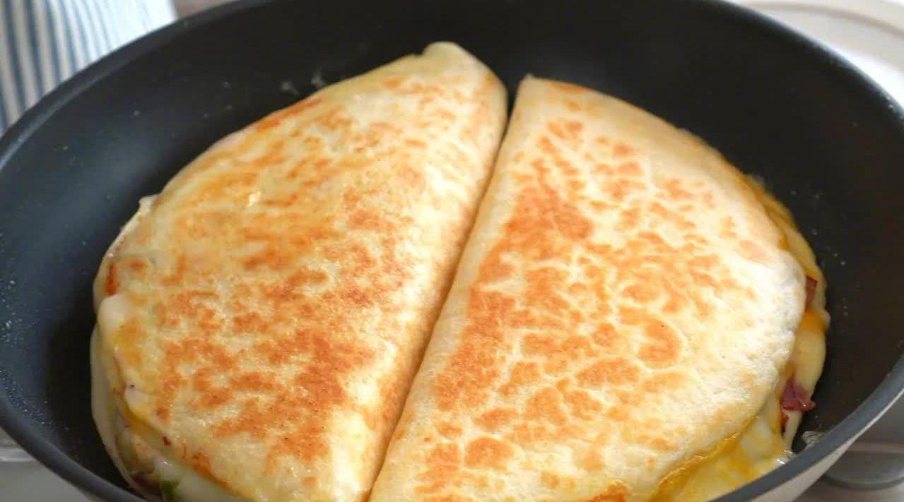 可以拉丝的芝士培根卷饼,根据喜好添加洋葱、鸡胸肉、番茄……