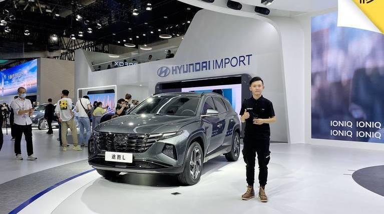 在本届北京国际车展的现代展台上……